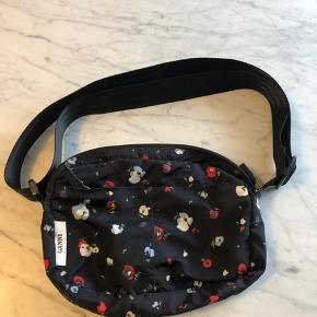 Sælger denne fine Ganni taske for min søster. Tasken er i fin stand, men har enkelte naturlige tegn på brug bagpå og indvendigt, se de to sidste billeder. Intet af betydning for tasken. Sælges til 500kr afhentet eller pp - fast