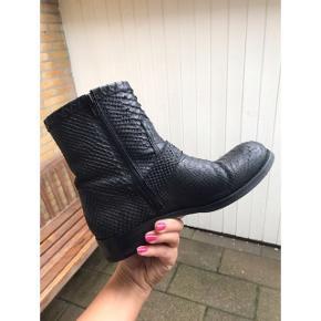 Sorte læderstøvler fra Billie bi i dyreprint. Kalvelæder. Nypris 1800kr