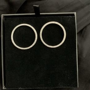 Dyrberg/Kern Ørering, Næsten som ny. Kastrup - Smukke store øreringe. Dyrberg/Kern Ørering, Kastrup. Næsten som ny, Brugt og vasket et par gange men uden mærker eller skader
