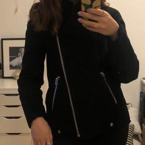 Smuk varm jakke fra H&M, perfekt stand  Ikke-ryger hjem 🦋 Skriv endelig for flere billeder, mål eller spørgsmål 📏 Sender med DAO 💌 Tager gerne imod bud 💗 Giver mængderabat 💵