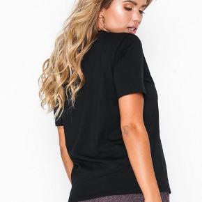 T-shirt fra NLY Trend Rund halsudskæring Lige model  Brugt og vasket enkelte gange på 30 grader, tåler 40 graders vask.  Str. Medium passes også af en str. small   100% Bomuld
