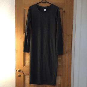 Fin grå kjole fra Vero Moda str M. Brugt max 4 gange.Stræk, med tyk i stoffet  Mængderabat gives ved køb af flere af mine annoncer ☺️