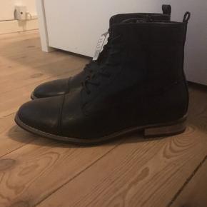Helt nye flotte støvler fra Coxx. Der er stadig prismærke på 🖤  De er en normal størrelse 43   Afhentes på adressen i Valby eller sendes med DAO på købers regning 🚛