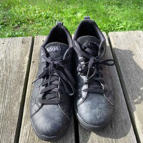 Hej! Jeg sælger dette par sorte Adidas sko. De er størrelse 42 2/3. De er blevet brugt lidt, men ingen huller, syninger der er gået op eller andet på dem. Jeg sælger dem til 100 kr. Hvis du har nogle spørgsmål til skoen, så spørg løs.  Tjek gerne mine andre annoncer du for en masse billige ting!