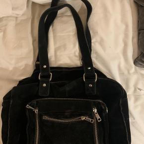 Super fed nunoo taske i størrelsen Mille💛 Den er i sort velour, og har plads til super meget! En helt almindelig computer kan sagtens være der.  Den er brugt, og har derfor nogle tegn på slid, og nogle pletter, men det er ikke noget man ligger mærke til. Men derfor har jeg også sat prisen markant ned💛