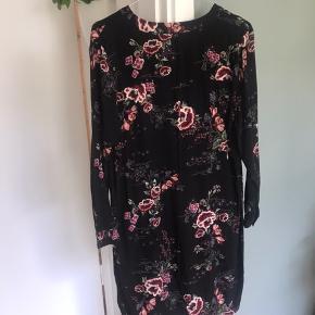 Sort skjortekjole med lyserødt blomster mønster. Brugt og vasket nogle gange.