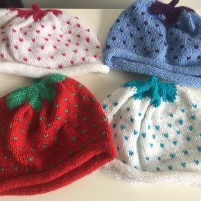 De sødeste hjemmestrikkede jordbær 🍓 hatte. Bredde ca. 21 cm.  2 stk. kr. 50.