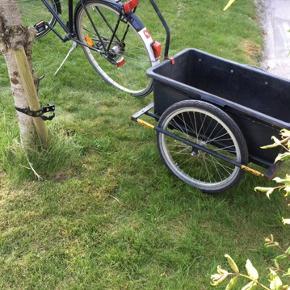 En cykeltrailer i god stand. Inkl. system som gør det muligt at fastgøre  den til en cykel.