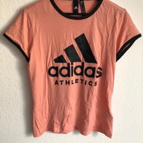 🍑 ADIDAS tshirt 🍑  ☺️ Den er aldrig brugt, kun prøvet på et par gange Så den er næsten helt ny ☺️