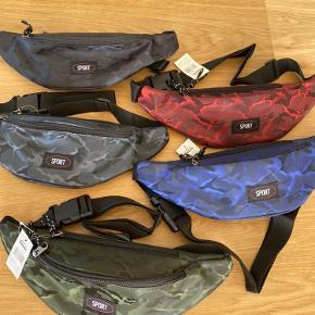 Helt ny camouflage bæltetaske med 2 lynlåslommer i en lækker kvalitet, str 24/13 cm  Prisen er fast. Kan sendes med DAO
