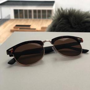 Varetype: Andet Størrelse: Alm. Farve: Sort Oprindelig købspris: 350 kr.  Solbriller i en fin kvalitet fra ASOS. Der medfølger et Rayban etui.