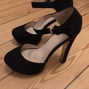 Fine sorte stiletter, der sidder godt fast på foden. Brugt få gange. Har en mindre tydelig plet på indersiden af skoen (derfor den lave pris). Ca. 14cm. Byd gerne :-)
