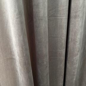 Smukke gardiner i velour-look. Måler 3 meter