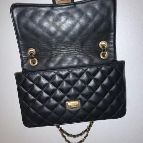 Jeg sælger denne fine taske fra Noella, som rummer en del. Jeg har været rigtigt glad for den. Jeg mener ikke, at man kan købe denne model mere. Guld hardware. Den fejler ikke noget udover der på åbningen er brugstegn, som ikke kan undgås når den åbnes og lukkes.