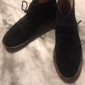 Lækker og klassisk Angulus støvle i sort ruskind med rågummisåler. Min datter har haft dem på 5 gange så de er uden slid. Købt i Kalle børnetøj.  str 35