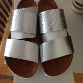 Brand: Re:Designed Varetype: Sandaler Farve: Sølv  Super smarte sandaler, sender helst med DAO.