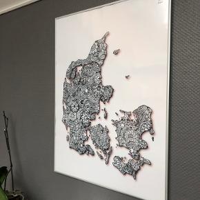 Danmarks kort plakat i Alu ramme fra CeKi Designs.  80 x 60cm   CeKi designs er et tidligere plakat firma, designet og printet af migselv og en veninde men nu sælger vi de sidste billeder inden vi drager til nye projekter ☺️ det er altså dansk design, lavet med kærlighed af to studerende ❤️  Dette er en del af et restparti, der er derfor mulighed for at købe flere og få en billigere pris.   Billederne kan afhentes i Slagelse eller København.