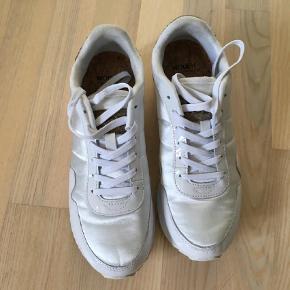 Varetype: Sneakers Farve: HVID Oprindelig købspris: 799 kr.  Lækre sneakers fra Woden haft dem på en dag. Så er som nye.