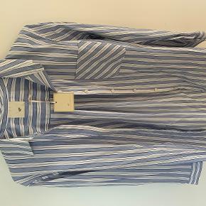 Flot skjorte fra Heartmade. Hvid/lyseblå.