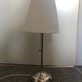 Jeg sælger denne fine bordlampe fra IKEA. Skærmen er en lille smule skæv, men den kan rettes til med værktøj. Farven er stadig ganske fin. Pærer medfølger i pris.