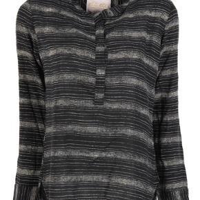 Lånt fra nettet:  etc etc Delphine Shirt. Smuk bluse fra etc.etc. Blusen har kinaflip, lange ærmer og lukkes med knapper fortil. Blusen er i sort hvide striber. Detaljer: • Color: Crepe stripe • Fabric: 100% viscose • Fitting: Normal • Cleaning: 30 gr  Obs: min er den sort/hvide, modelfoto er kun for at vise modellen på.  Str.3, svarer ca. til en M  Bluse Farve: Sort Oprindelig købspris: 550 kr.