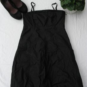 Skøn kjole m. aftagelige stropper.  Størrelsen er en 38, men den er lidt lille i det.  Brystmål ca. 2x40 Længde fra armhulen og ned ca. 74 Stropperne er regulerbare  Jeg tager desværre ikke billeder med tøjet på.