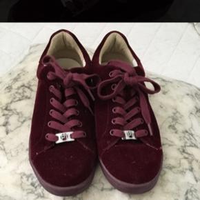 Philip hog sneakers i lækker mørkerød farve  Stoffet er velur, og super nemt at rengøre  Brugt ekstremt lidt, da de er for små  Str 36 Sælges idag til 200!! Np er 600 kr
