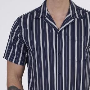 """Helt ny """"Manny"""" shirt fra Les Deux str. L. Sælges da jeg kom til at klippe mærke af og den desværre ikke lige var mig alligevel. Nypris 700 kr."""