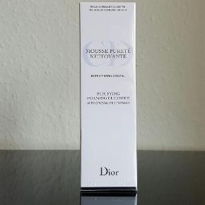 Varetype: Dior mousse purete Normal hud Størrelse: 125 ml. Farve: - Oprindelig købspris: 300 kr. Prisen angivet er inklusiv forsendelse.  Fantastisk rensemousse fra Dior, som giver den blødeste skum når den blandes op med lidt vand. Efterlader huden blød og lækker, og den renser effektivt foundation og pudder af. OBS. Denne er ikke en øjenmakeup fjerner.   Byd gerne.