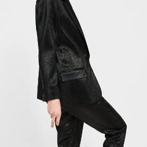 Smukkeste sorte blazer i shiny stof fra Zara. Den er så lækker! Sælges til 300 kr. Kun brugt en enkelt gang til et bryllup. Det er str xs. Kan afhentes i Kbh K eller sendes med dao til pakkeshop. Jeg giver mængderabat ved køb af flere ting - se mine andre annoncer