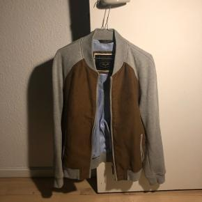 Grå tyk sweatshirt lignende jakke med brun ruskind lignende tekstur.. stortset ikke brugt