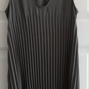 Bytter ikke! Eksklusiv porto. Brand: Enzo Costa. Elegant kjole-tunika til fest, sommer, vinter fra designer mærket Enzo Costa, 1, (str. 36). Størrelsesguide str. 36: Bryst mål 88 cm Hofte mål 96 - 98 cm. (Vist på en model med e hofte vidde 102 cm). Beskrivelse: Plisseret lang tunika - kort kjole - top - med bredde stropper og v-udskæring. Side lommer. Længde fra skulder og ned 90 cm. Modellen på billederne er 167 cm høj, uden sko. Farve: grå omkreds rundt forneden ca. 180 cm 57% Triactate, 43% Polyester. Ubrugt. Hænger i dragtpose.  Kommer fra et ikke ryger hjem.
