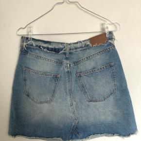Fin denim nederdel, aldrig brugt. Passer nok bedst en størrelse 38