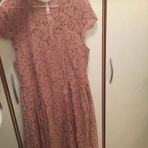 Brugt én gang  Vasket to gange  Står som ny  Smukt pink blonde kjole NP 449kr  2Xl  Men kan sagtens passes af mindre med et bælte.