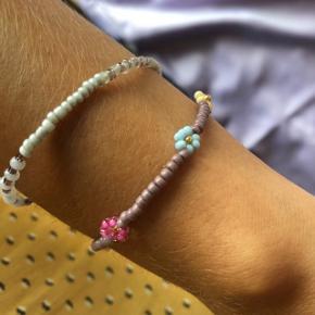 Perle armbånd med blomster🌸 Forskellige farver Prisen er fast pr styk og inkl Porto med postnord.