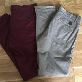 Super fede bukser med smalle ben. Str 33/32. 150 kroner pr par eller 250 for dem begge.   Kan sendes med DAO, koster ca 35 kroner.