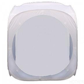60 x 60cm Pop Up Lystelt  Brugt én gang.   Lysteltene leveres med en SORT og en HVID stofbaggrund, der monteres via Velcro, så man på letteste måde kan fjerne eller udskifte baggrunden. Det åbner også mulighed for at kreere din egen helt specielle baggrund med logo etc.. Lysteltet leveres med et front panel, så du kan regulere og styre reflekserne i spejlende objekter som sølvtøj, metalvarer og glas.  Det enkelte lystelt foldes ammen i en rund lynlås pose for let opevaring og transport.  Lystelte kan benyttes med både flash og dagslys afbalanceret fast lys. Med det faste, kontinuerlige lys arbejder du på den letteste måde, da det du ser - er det du får på billedet. Flashlys er perfekt, såfremt du er vant til optagelser med korte udladningstider og dermed kender til problemerne med skygger og reflekser, som du først ser på selve optagelsen.