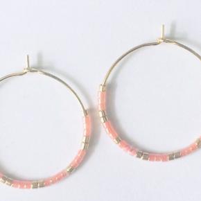 Forgyldte Creoler med Delica perler. Laves med flere farver. Str. 2,5 cm Fragt kommer oveni prisen 🥰