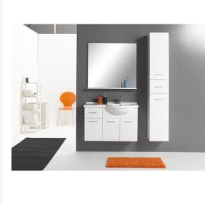 Milobad Pisa badeværelsesarrangement med underskabe, vask, blandingsbatteri og spejl i sort højglans. Fin stand BYD