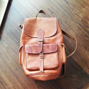 Læder rygsæk, brugt få gange, fremstår med patina.
