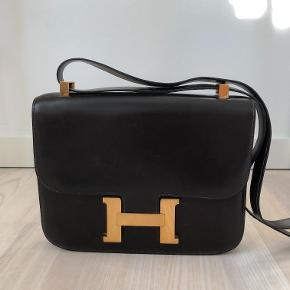 Hermés constance taske 23x16 cm.  Tasken er et arvestykke. Tasken har været til salg i butikken bakkekilde i kbh. Butiksejeren fortalte at den var fra omkring 1980 men i rigtig god og velholdt stand.