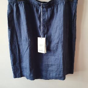 Lækker, blå nederdel i størrelse 46 fra Peter Hahn, et tysk firma, der forhandler kvalitetstøj. Denne nederdel er af 100% hør af god kvalitet. Løs model med elastisk linning og ekstra snøre, der kan regulere taljen yderligere. Lommer i siderne og 2 baglommer. Taljen måler 92 -110 cm, og længden er 60 cm. Ny med mærke.
