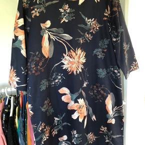 Skøn kjole. 😍 Desværre er den bare lige stor nok til mig.  Rummelig i modellen 🤗  Virkelig fine farver 🥳