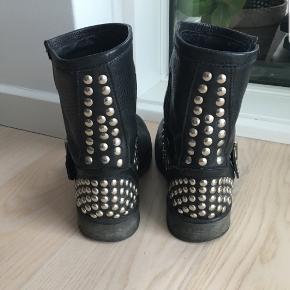Fede Steve Madden Biker boots med nitter. Str. 38. Støvlerne er brugt en enkelt sæson, og det kan ses lidt på sålen, men ellers fremstår de som rigtig fine 😊  Har selv købt dem her på Trendsales, men de er ikke helt mig alligevel 🙁  Kan afhentes på Vesterbro i København eller sendes. Køber betaler dog porto 😉