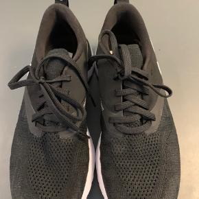 Sorte og hvide løbesko i modellen NIKE DAME ODYSSEY REACT FLYKNIT 2. De er superlette og vejer under 200g pr stk. kun brugt Max 10 gange. Lille i størrelsen. Det er en str 39, men svarer til str 38. Indermål er 25cm. De er meget neutrale i udseende og fungerer også fint som alm sneakers.   #Secondchancesummer
