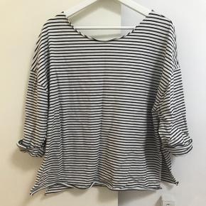 Mørkeblå og hvidstribet lækker oversize-bluse