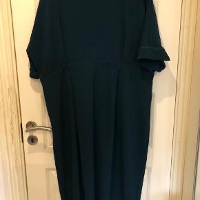 Lækker kjole i super flot petroleumsgrøn farve. Str. 46. Kjolen er med dyb ryg.  Byd :-)