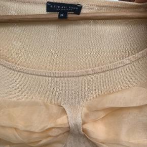 """Fineste bluse i bomuld og Viscose, med """"sløjfe"""" i fin tyl foran.   Smuk som den er, og cool med en skjorte under.   Brugt 2 gange."""