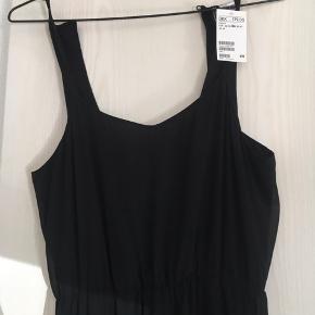 Lang kjole med elastik foroven, hvilket giver en flot figur. stadig med prismærke - aldrig brugt. jeg er 160 cm, så den er lidt for lang til mig medmindre jeg tager høje sko på.   flere billeder ses i kommentarfeltet :)