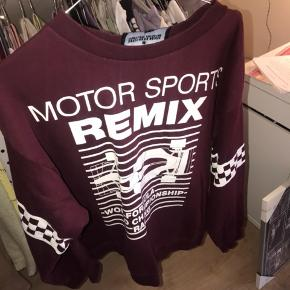 Fed sweatshirt fra designers remix med print i en størrelse medium